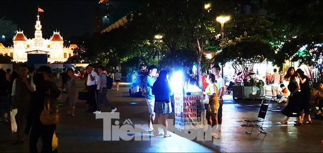 Cận cảnh tình trạng bát nháo trên các tuyến phố đi bộ ở Sài Gòn - Ảnh 6.