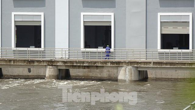 Nhìn gần trạm bơm tiêu Yên Nghĩa sau chuỗi ngày Hà Nội mưa không lối thoát - Ảnh 6.