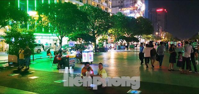 Cận cảnh tình trạng bát nháo trên các tuyến phố đi bộ ở Sài Gòn - Ảnh 7.
