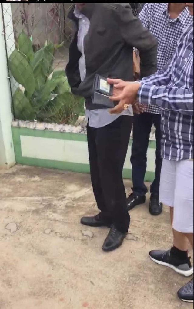 Giây phút bắt tại trận phó Viện trưởng VKSND nhận hối lộ 2.500 USD - Ảnh 8.
