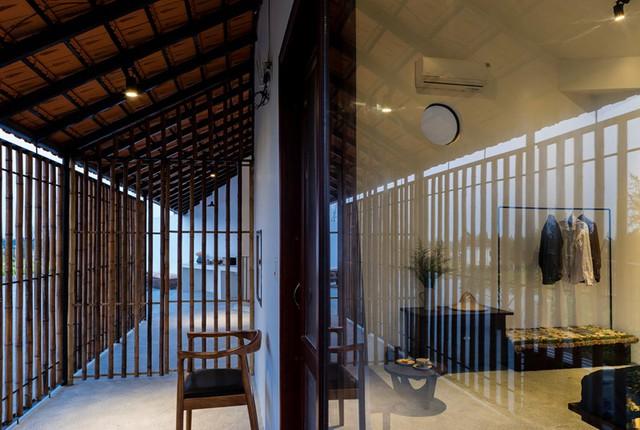 Các phòng ngủ và nhà vệ sinh bố trí ở tầng 2, mang đến cho du khách sự riêng tư cần thiết.