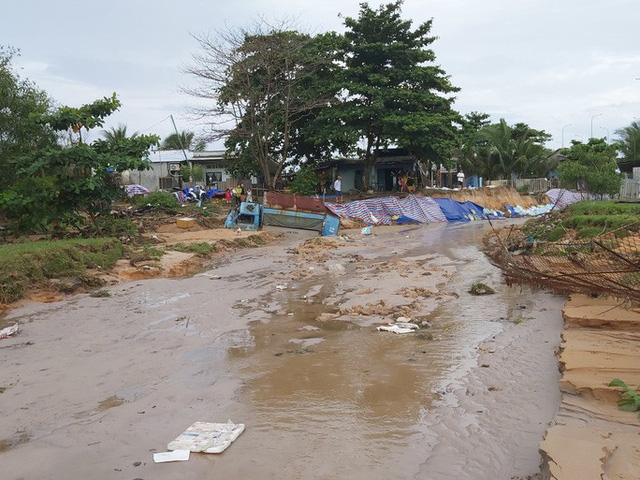 """Nước """"lũ"""" rút, nhiều nhà dân ở Phú Quốc tan hoang  - Ảnh 8."""