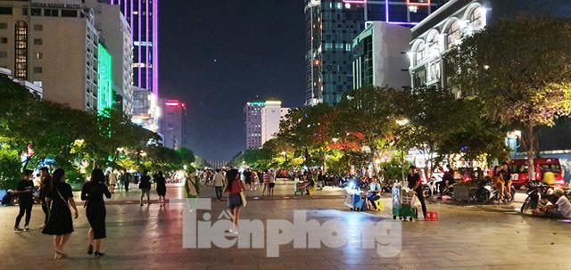 Cận cảnh tình trạng bát nháo trên các tuyến phố đi bộ ở Sài Gòn - Ảnh 8.