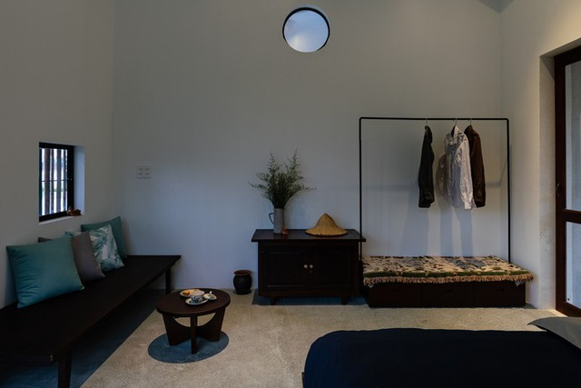 Sofa, tủ gỗ mang đến cảm giác ấm cúng và gần gũi.