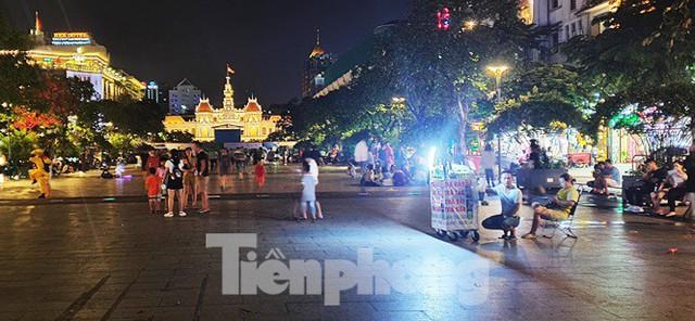Cận cảnh tình trạng bát nháo trên các tuyến phố đi bộ ở Sài Gòn - Ảnh 9.