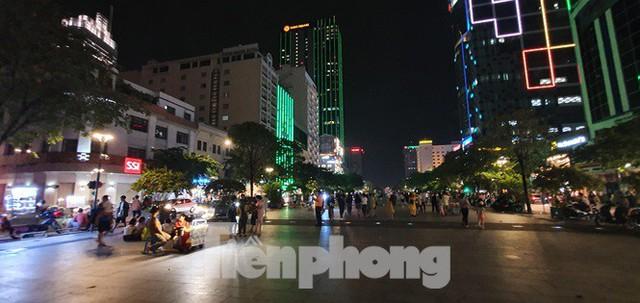 Cận cảnh tình trạng bát nháo trên các tuyến phố đi bộ ở Sài Gòn - Ảnh 10.