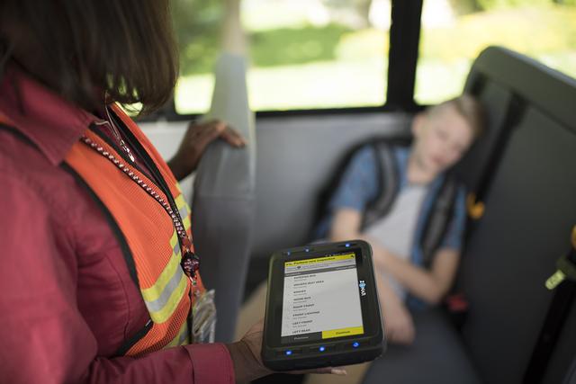 Nhằm ngăn chặn việc bỏ quên học sinh trên xe, Mỹ đã áp dụng hệ thống tân tiến này để cảnh báo: Các tài xế đều phải thực hiện trước khi xuống! - Ảnh 1.