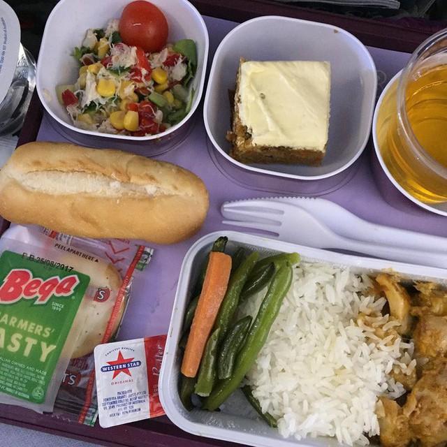 Muốn biết hạng thương gia sang chảnh hơn ghế thường ra sao, cứ nhìn bữa ăn của 19 hãng bay nổi tiếng này sẽ rõ! - Ảnh 18.