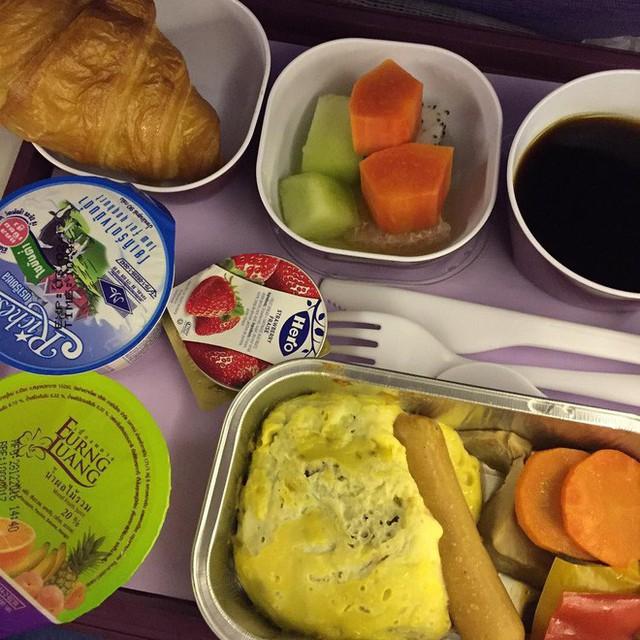 Muốn biết hạng thương gia sang chảnh hơn ghế thường ra sao, cứ nhìn bữa ăn của 19 hãng bay nổi tiếng này sẽ rõ! - Ảnh 19.