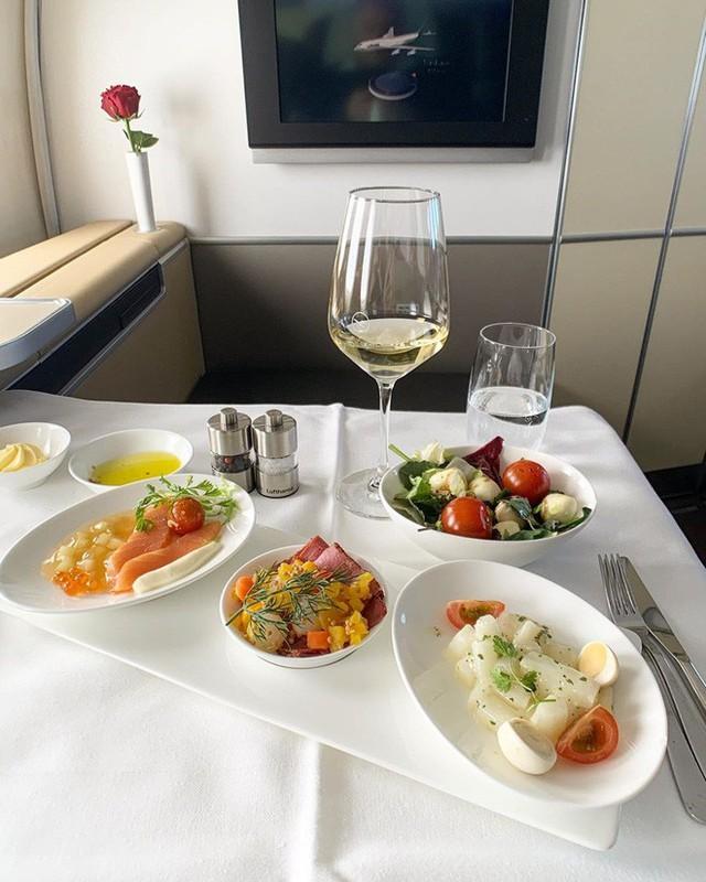 Muốn biết hạng thương gia sang chảnh hơn ghế thường ra sao, cứ nhìn bữa ăn của 19 hãng bay nổi tiếng này sẽ rõ! - Ảnh 27.