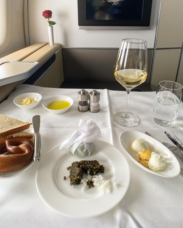Muốn biết hạng thương gia sang chảnh hơn ghế thường ra sao, cứ nhìn bữa ăn của 19 hãng bay nổi tiếng này sẽ rõ! - Ảnh 28.