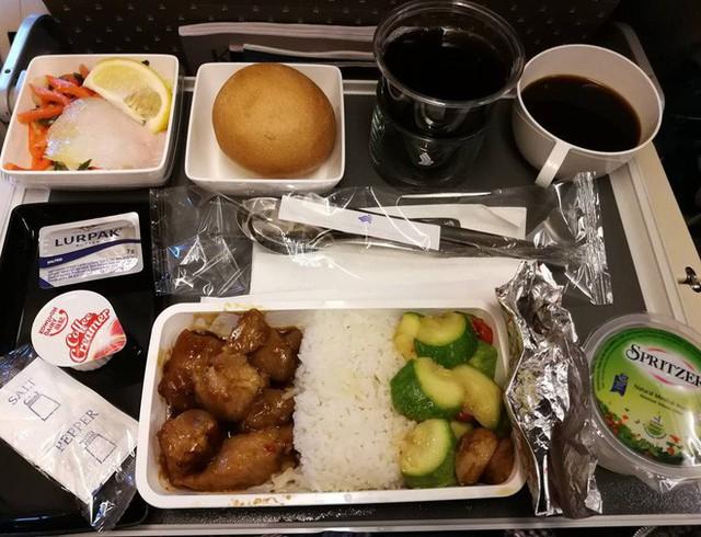 Muốn biết hạng thương gia sang chảnh hơn ghế thường ra sao, cứ nhìn bữa ăn của 19 hãng bay nổi tiếng này sẽ rõ! - Ảnh 33.