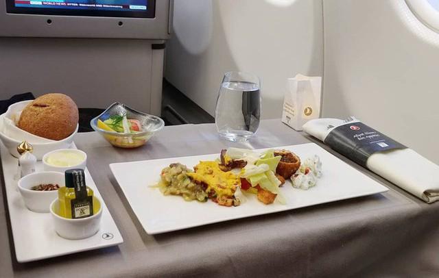 Muốn biết hạng thương gia sang chảnh hơn ghế thường ra sao, cứ nhìn bữa ăn của 19 hãng bay nổi tiếng này sẽ rõ! - Ảnh 34.