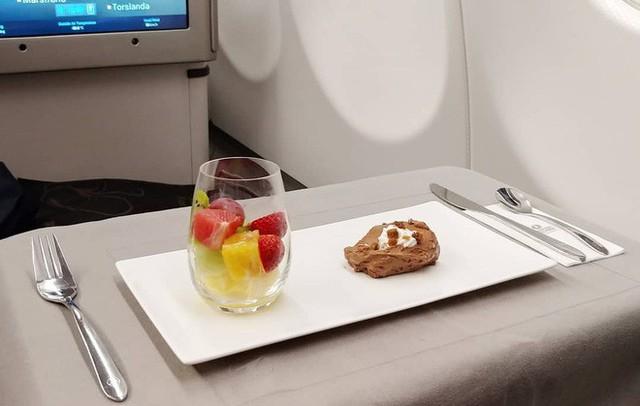 Muốn biết hạng thương gia sang chảnh hơn ghế thường ra sao, cứ nhìn bữa ăn của 19 hãng bay nổi tiếng này sẽ rõ! - Ảnh 36.