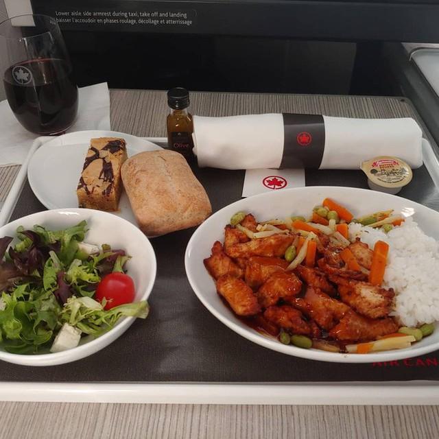 Muốn biết hạng thương gia sang chảnh hơn ghế thường ra sao, cứ nhìn bữa ăn của 19 hãng bay nổi tiếng này sẽ rõ! - Ảnh 38.