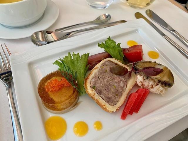 Muốn biết hạng thương gia sang chảnh hơn ghế thường ra sao, cứ nhìn bữa ăn của 19 hãng bay nổi tiếng này sẽ rõ! - Ảnh 42.
