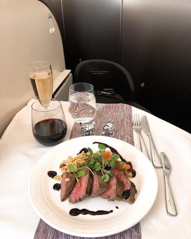 Muốn biết hạng thương gia sang chảnh hơn ghế thường ra sao, cứ nhìn bữa ăn của 19 hãng bay nổi tiếng này sẽ rõ! - Ảnh 52.