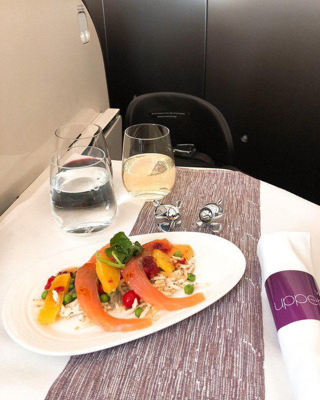 Muốn biết hạng thương gia sang chảnh hơn ghế thường ra sao, cứ nhìn bữa ăn của 19 hãng bay nổi tiếng này sẽ rõ! - Ảnh 53.