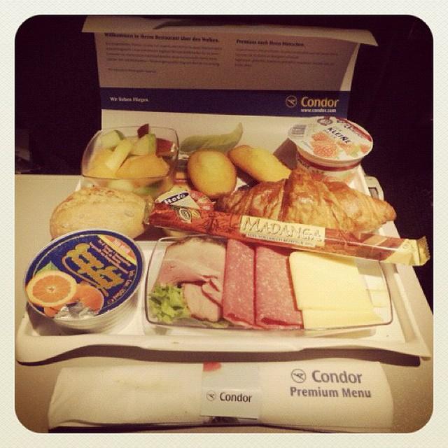 Muốn biết hạng thương gia sang chảnh hơn ghế thường ra sao, cứ nhìn bữa ăn của 19 hãng bay nổi tiếng này sẽ rõ! - Ảnh 57.