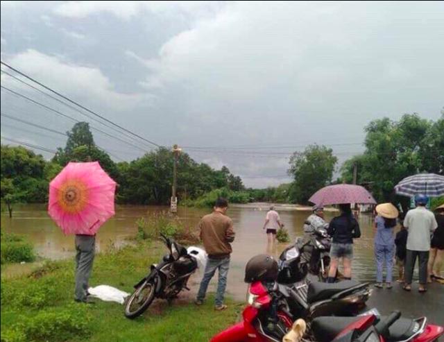 Mưa khủng khiếp ở Đắk Lắk, nhiều xã ngập nặng, chia cắt - Ảnh 8.