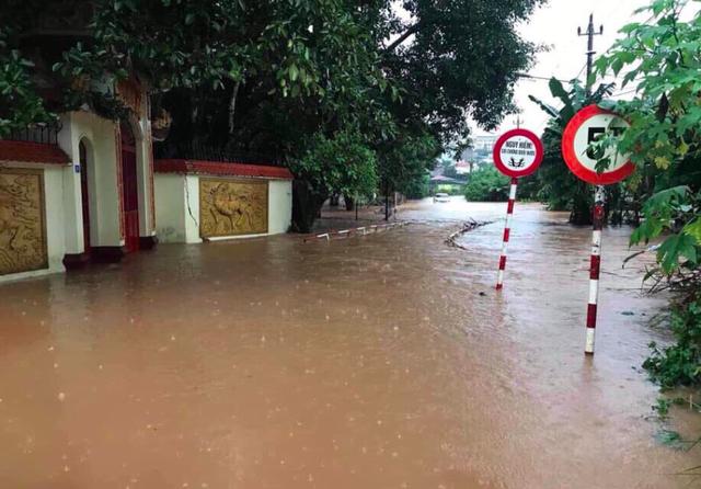 Mưa khủng khiếp ở Đắk Lắk, nhiều xã ngập nặng, chia cắt - Ảnh 9.