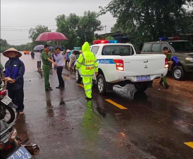 Mưa khủng khiếp ở Đắk Lắk, nhiều xã ngập nặng, chia cắt - Ảnh 10.