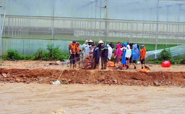 Cảnh sát đu dây giải cứu 41 người bị lũ vây ở Lạc Dương - Ảnh 1.