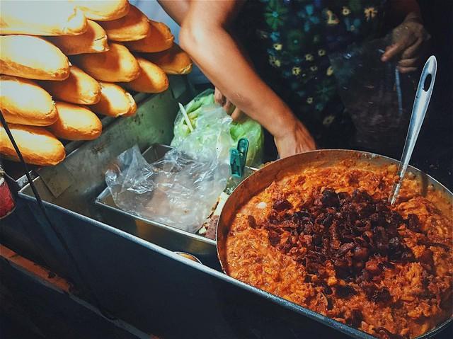 Những hàng ăn ở Hà Nội chỉ mở lúc rạng sáng và nghỉ bán khi mặt trời vừa lên, dù gió rét vẫn tấp nập người qua lại - Ảnh 13.