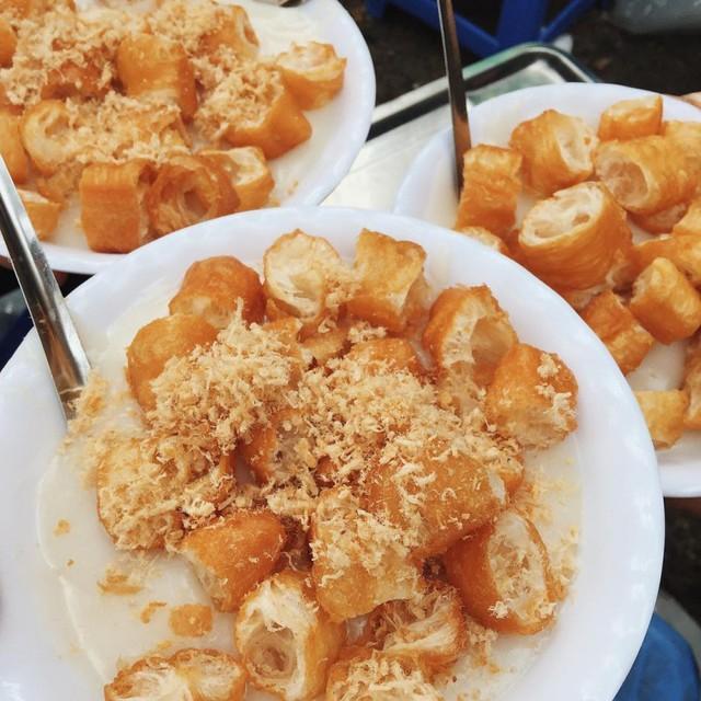 Những hàng ăn ở Hà Nội chỉ mở lúc rạng sáng và nghỉ bán khi mặt trời vừa lên, dù gió rét vẫn tấp nập người qua lại - Ảnh 18.