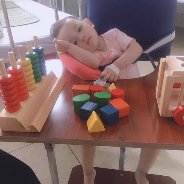 Sốt đúng 1 ngày, bé gái 21 tháng tuổi đã bị viêm màng não, để lại di chứng nặng nề và bài học cảnh tỉnh các mẹ - Ảnh 3.