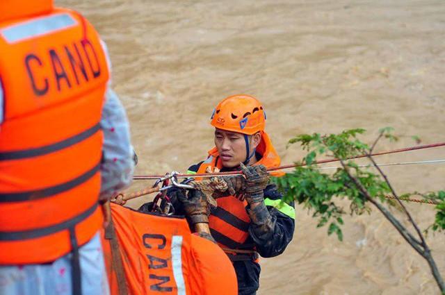 Cảnh sát đu dây giải cứu 41 người bị lũ vây ở Lạc Dương - Ảnh 3.