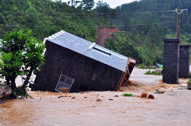 Cảnh sát đu dây giải cứu 41 người bị lũ vây ở Lạc Dương - Ảnh 4.