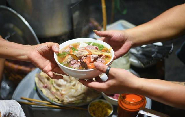 Những hàng ăn ở Hà Nội chỉ mở lúc rạng sáng và nghỉ bán khi mặt trời vừa lên, dù gió rét vẫn tấp nập người qua lại - Ảnh 5.