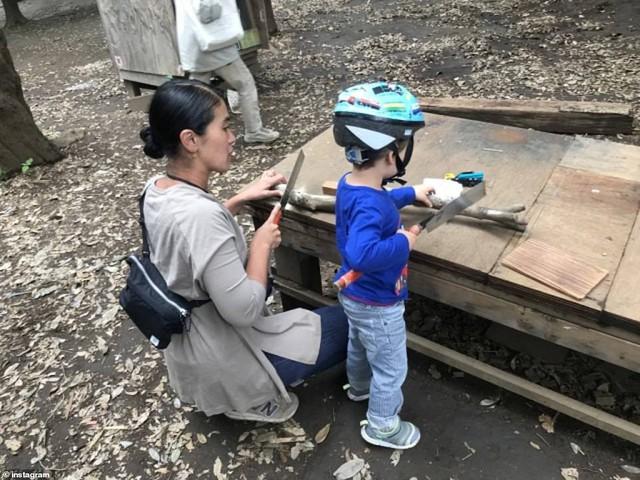 Trẻ em Nhật đang được khuyến khích chơi với dao, búa, đốt lửa và trèo lên mái nhà, các mẹ Việt có dám thử? - Ảnh 1.