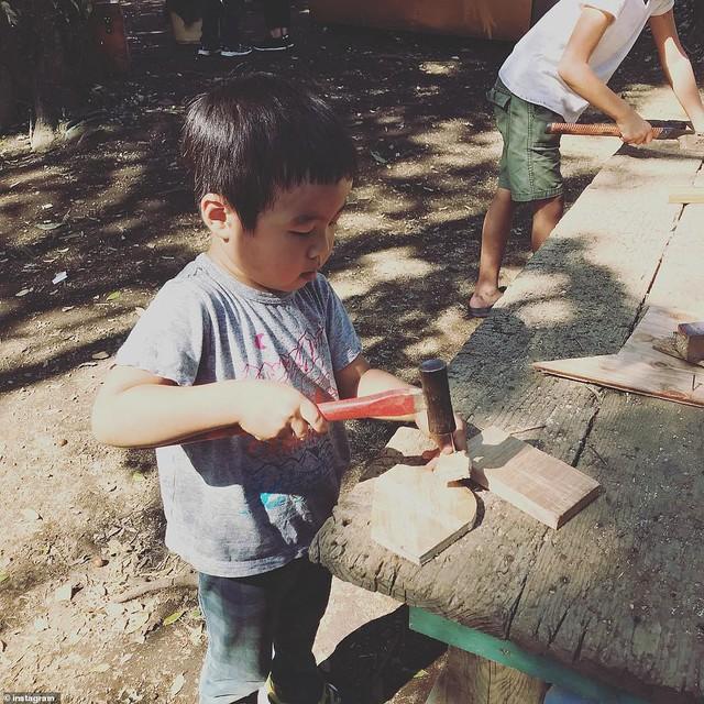 Trẻ em Nhật đang được khuyến khích chơi với dao, búa, đốt lửa và trèo lên mái nhà, các mẹ Việt có dám thử? - Ảnh 2.