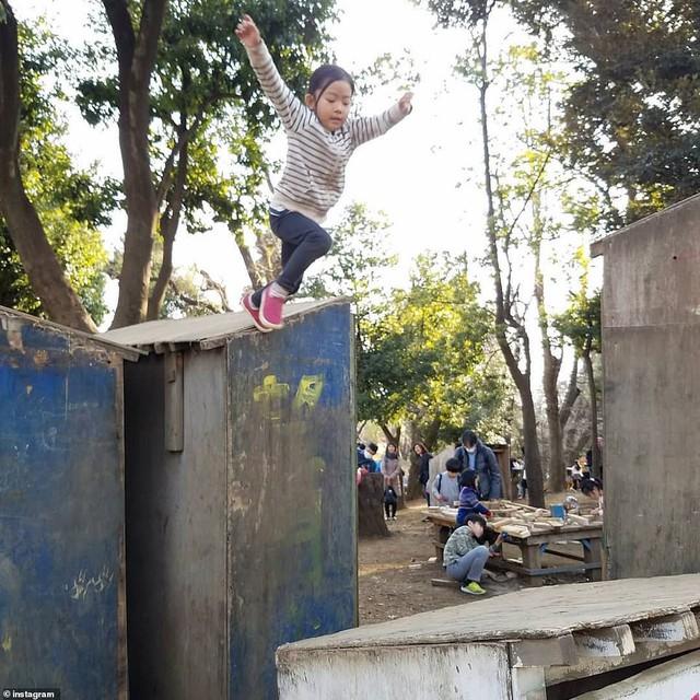 Trẻ em Nhật đang được khuyến khích chơi với dao, búa, đốt lửa và trèo lên mái nhà, các mẹ Việt có dám thử? - Ảnh 3.