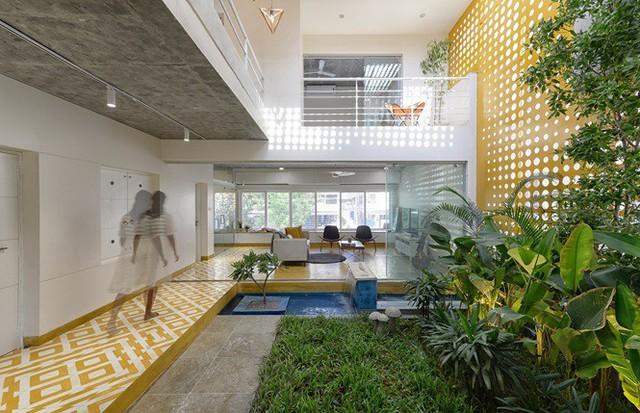 Nhà hẹp nổi bật sang trọng, nhìn đâu cũng thấy vườn xanh mướt - Ảnh 1.