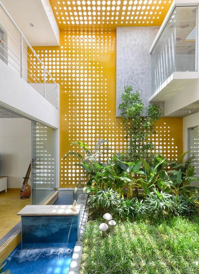 Nhà hẹp nổi bật sang trọng, nhìn đâu cũng thấy vườn xanh mướt - Ảnh 2.