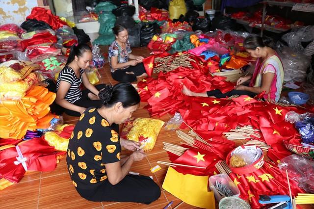 Hà Nội: Không khí nhộn nhịp ở làng nghề may cờ Tổ quốc - Ảnh 1.