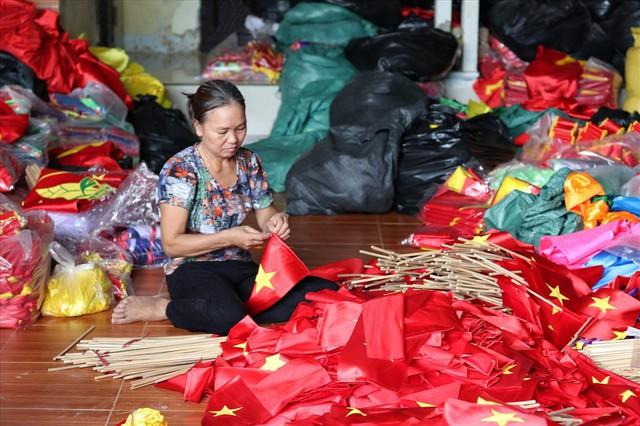 Hà Nội: Không khí nhộn nhịp ở làng nghề may cờ Tổ quốc - Ảnh 2.