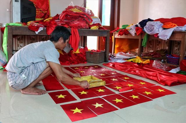 Hà Nội: Không khí nhộn nhịp ở làng nghề may cờ Tổ quốc - Ảnh 3.