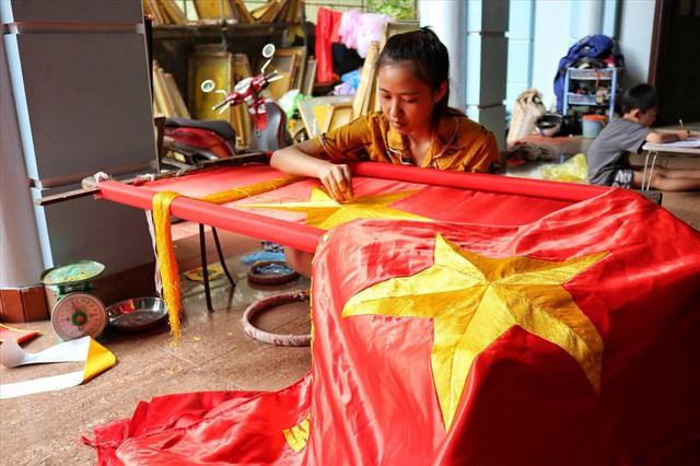 Hà Nội: Không khí nhộn nhịp ở làng nghề may cờ Tổ quốc - Ảnh 4.