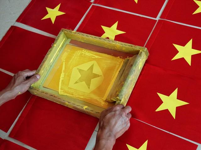 Hà Nội: Không khí nhộn nhịp ở làng nghề may cờ Tổ quốc - Ảnh 7.