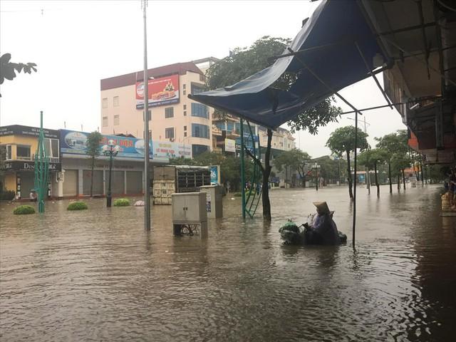 Thái Nguyên mưa lớn, đường biến thành sông, nhà cửa ô tô chìm trong nước - Ảnh 1.