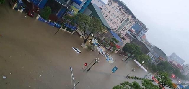 Thái Nguyên mưa lớn, đường biến thành sông, nhà cửa ô tô chìm trong nước - Ảnh 2.