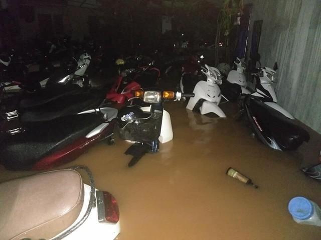 Thái Nguyên mưa lớn, đường biến thành sông, nhà cửa ô tô chìm trong nước - Ảnh 13.