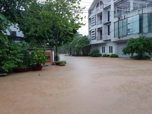 Thái Nguyên mưa lớn, đường biến thành sông, nhà cửa ô tô chìm trong nước - Ảnh 16.