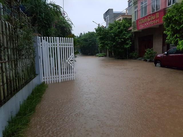 Thái Nguyên mưa lớn, đường biến thành sông, nhà cửa ô tô chìm trong nước - Ảnh 17.