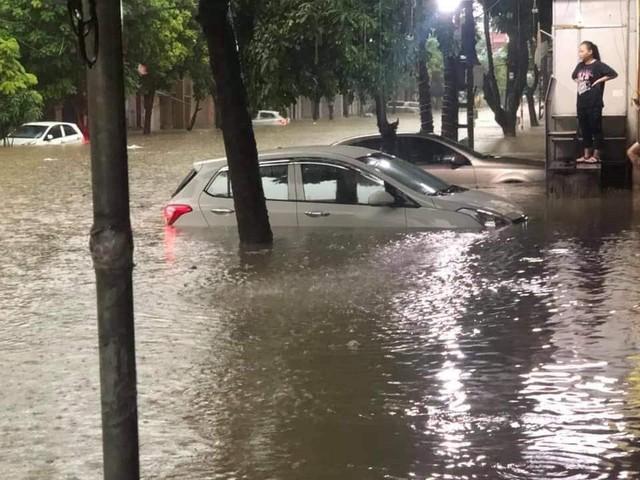 Thái Nguyên mưa lớn, đường biến thành sông, nhà cửa ô tô chìm trong nước - Ảnh 3.