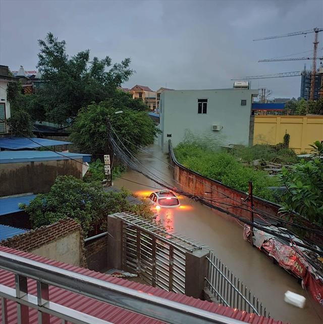 Thái Nguyên mưa lớn, đường biến thành sông, nhà cửa ô tô chìm trong nước - Ảnh 4.